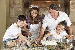 Выпечка семьи и печенья еды в кухне Стоковое фото RF