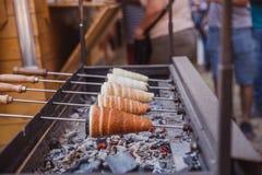 Выпечка Kurtoskalacs, традиционный венгерский торт вертела, в магазине печенья Фестиваль (rtQ ½ ¿ Kï? ½ l ¿ Fesztivï cs ½ ¿ skalï стоковые фотографии rf