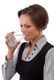 выпивает воду девушки стоковое фото