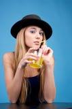 выпивает померанцовых милых детенышей женщины Стоковое Фото