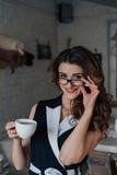 выпивает чай девушки Стоковые Изображения