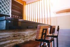 Выпивать против и бар в сладостном доме с утром освещает Стоковые Изображения