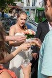 выпивать шампанского невесты стоковая фотография