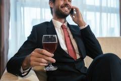 Выпивая вино и говорить на телефоне стоковое фото rf