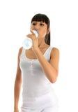 выпивая вода девушки пригодности стоковое изображение