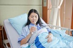 выпивая вода пациентов Стоковая Фотография