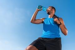 выпивая вода спортсмена Стоковое Фото