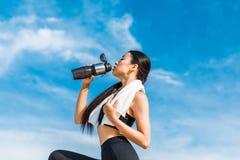 выпивая вода sportswoman Стоковое фото RF