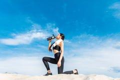выпивая вода sportswoman Стоковые Фотографии RF