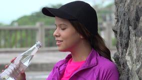 выпивая вода девушки предназначенная для подростков Стоковая Фотография