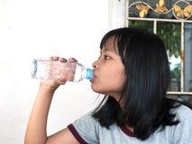 выпивая вода девушки Стоковое Изображение RF