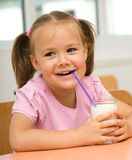 выпивая девушка меньшее молоко Стоковая Фотография RF