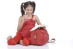 выпивая девушка меньшяя вода Стоковые Фото