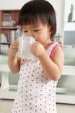 выпивая девушка меньшяя вода Стоковая Фотография