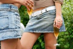 выпивая девушки молодые Стоковые Фотографии RF