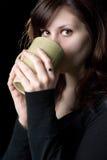 выпивая детеныши женщины Стоковое фото RF