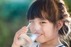 выпивая девушка меньшяя вода Стоковые Изображения