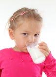 выпивая девушка стеклянная меньшее молоко Стоковая Фотография RF