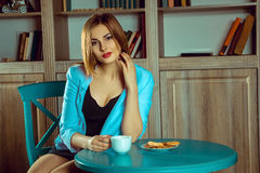 выпивая детеныши женщины чая портрета Стоковое Изображение