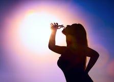 выпивая женщина воды силуэта Стоковое Фото