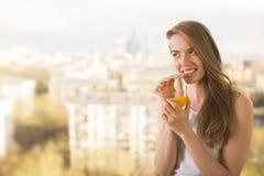 выпивая женщина померанца сока Стоковые Изображения RF