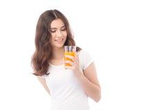 выпивая женщина портрета сока померанцовая Апельсиновый сок в стекле Стоковые Изображения