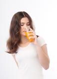 выпивая женщина портрета сока померанцовая Апельсиновый сок в стекле Стоковые Фотографии RF