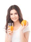 выпивая женщина портрета сока померанцовая Апельсиновый сок в стекле Стоковые Изображения RF