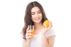 выпивая женщина портрета сока померанцовая Апельсиновый сок в стекле Стоковые Фото