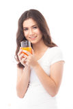 выпивая женщина портрета сока померанцовая Апельсиновый сок в стекле Стоковое Изображение RF