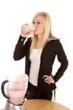 выпивая женщина таблицы smoothie Стоковое фото RF
