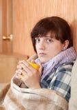 выпивая женщина чая болезни Стоковое Изображение
