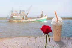 Выпивая замороженный кофе на взморье Стоковая Фотография RF