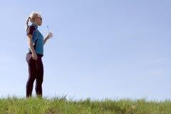 выпивая идущая женщина воды силуэта Стоковая Фотография RF