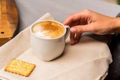 Выпивая капучино от белых чашки и шутихи Стоковое Изображение
