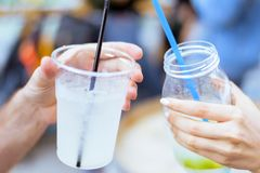 Выпивая коктеиль лимонада Стоковые Изображения RF