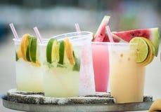 Выпивая коктейли caipirinha, caipifruta и othe тропические на пляже Copacabana в поставщиках Рио-де-Жанейро Бразилии на пляже Ipa стоковые изображения rf