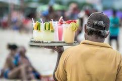 Выпивая коктейли caipirinha, caipifruta и othe тропические на пляже Copacabana в поставщиках Рио-де-Жанейро Бразилии на пляже Ipa стоковые фото