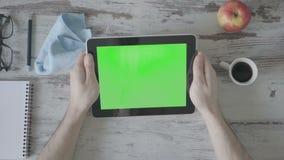 Выпивая кофе близкий вверх руки ` s бизнесмена используя зеленую таблетку экрана акции видеоматериалы