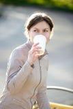 Выпивая кофе на улице Стоковая Фотография RF