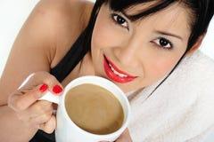 Выпивая кофе с молоком после практиковать спорт Стоковые Изображения RF