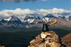 Выпивая кофе с сногсшибательным горным видом Красивый ландшафт Гималаев с кофейными чашками и cezve выпивать кофе Стоковые Фото