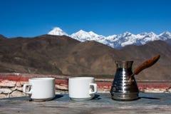 Выпивая кофе с сногсшибательным горным видом Стоковая Фотография