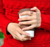 Выпивая кофе outdoors Стоковое Изображение RF