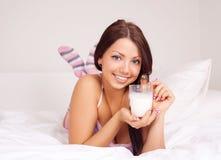 выпивая молоко девушки Стоковые Фото