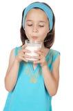 выпивая молоко девушки Стоковые Изображения RF