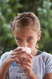 выпивая молоко девушки Стоковое Изображение RF