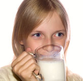 выпивая молоко девушки Стоковая Фотография