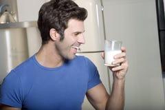 выпивая молоко человека Стоковая Фотография
