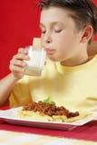 выпивая молоко стоковая фотография